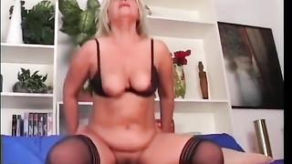 Sex avec un jeune mec pour une vieille salope obèse
