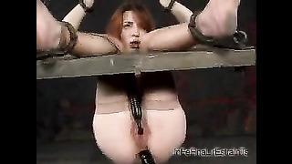 Salope rousse se fait goder le trou anal dans une scène BDSM